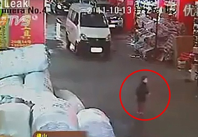 Inconsciente: Imágenes de video muestran a la niña que cruzan la carretera en el mercado de hardware Guangfo, sin manchar la van acercando