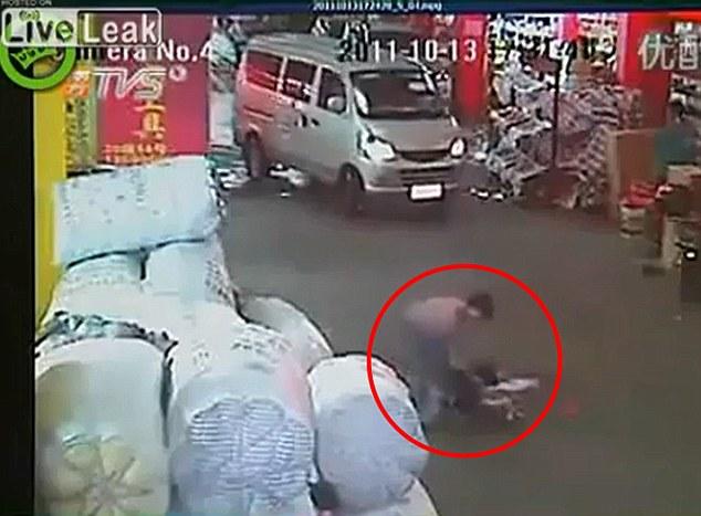 Preocupación: Por fin una mujer va a ayudar a la niña y trata de arrastrarla fuera de la carretera ya que su madre llega a la escena