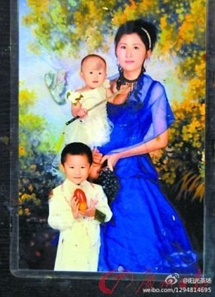 Niño víctima: Yuyue está en manos de su madre.  Su hermano mayor es también la foto