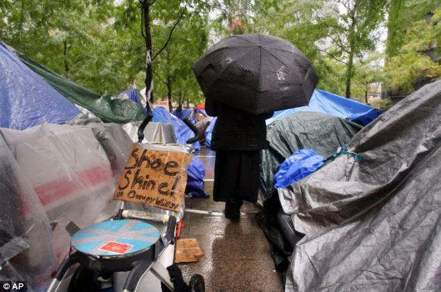 Aguacero: Los manifestantes se refugian en su campo de Zuccotti Park