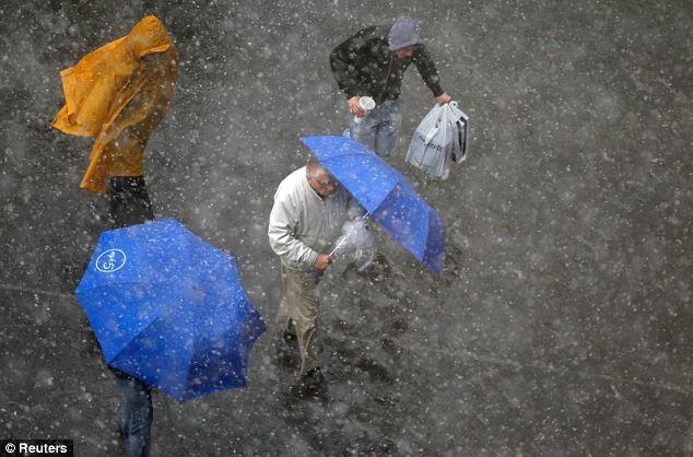 Haze: La gente corre en busca de refugio en Nueva York como la tormenta de nieve golpea el raro de la ciudad hoy