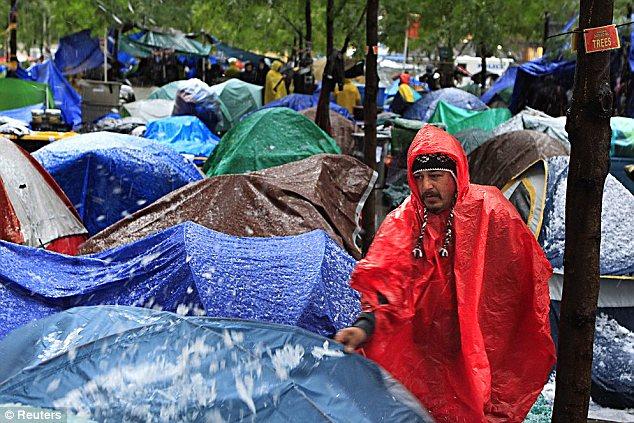 Deep Freeze: Los manifestantes se han puesto ponchos y mantas gruesas para protegerse del clima de invierno feroz