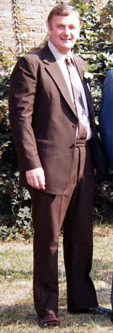 Víctima: Anthony Wilson, en la foto en una boda en la década de 1980, fue asaltado en un hospital tras una operación en su intestino.  Murió al día siguiente de scepticaemia