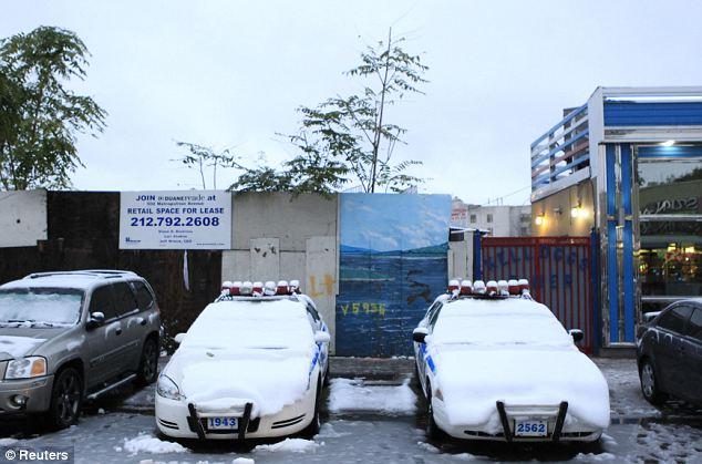 Cubierto: Policía de Nueva York Departamento de coches, aparcados en la acera, se cubren de nieve antes de lo normal