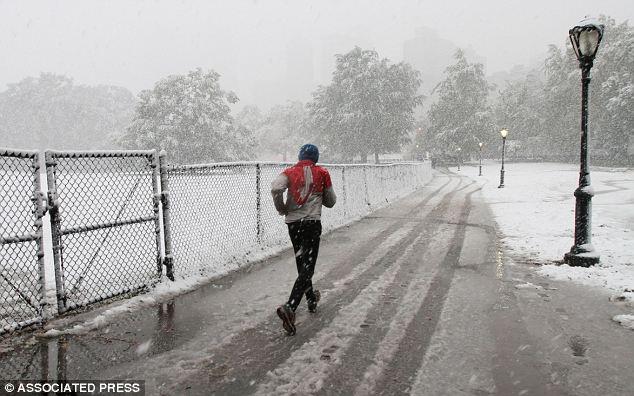 Whiteout: Un corredor hace su camino a través de Central Park, la nieve cae en Nueva York durante la cuarta vez en noviembre desde la Guerra Civil