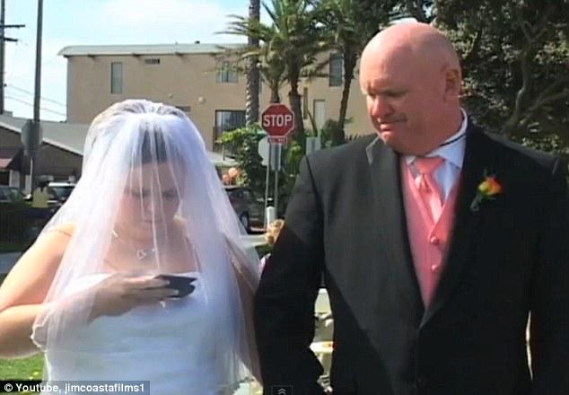 CU después: Es evidente que un Texter prolífico, la novia recita un texto con una sola mano en ningún momento