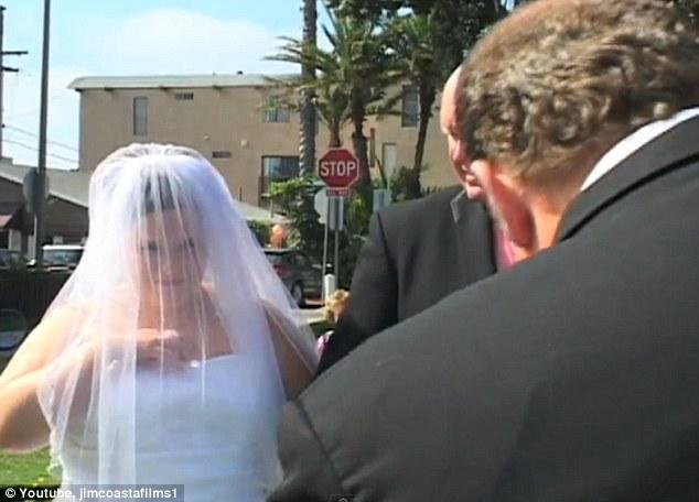 Día especial: el predicador habla, el teléfono vibra y la mano de la novia va en la parte delantera de su vestido