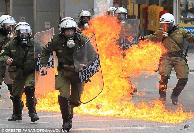 La policía antidisturbios envuelto en llamas durante los violentos enfrentamientos en Atenas, Grecia, el 23 de febrero de este año