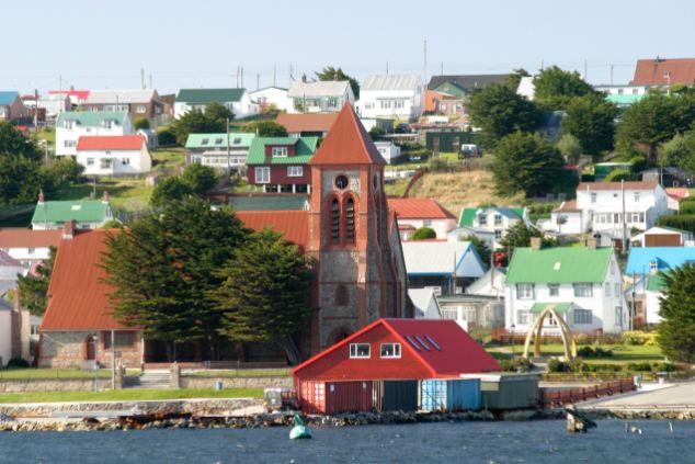 Desbordamiento: la Catedral de Stanley en la capital de las Malvinas sería envuelto en una bandera azul y blanco
