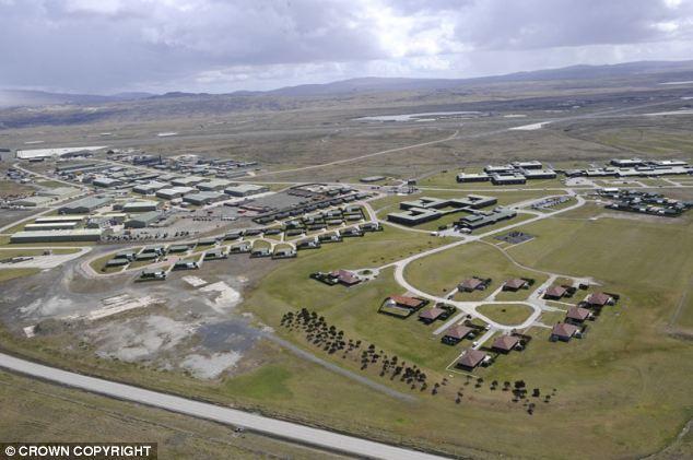 La base aérea de Mount Pleasant es un sitio estratégico clave 38 millas lejos de Stanley
