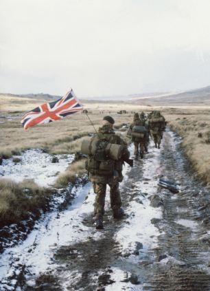 La famosa imagen de las tropas británicas yomping hacia Puerto Stanley, en las Islas Malvinas, con el vuelo de la Unión Jack en junio de 1982