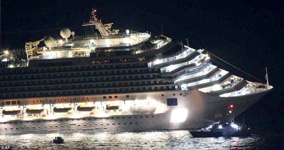 Entaillé ouvert: La coque du Costa Concordia a été massif entaillé ouvert comme il s'échoue, tuant au moins huit personnes et en blessant des dizaines d'autres
