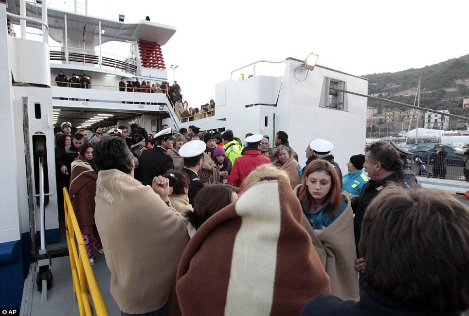 Les évacués ont pris refuge dans les écoles, hôtels, et une église sur la minuscule île de Giglio, une île de vacances populaire à environ 18 miles au large de la côte ouest de l'Italie centrale