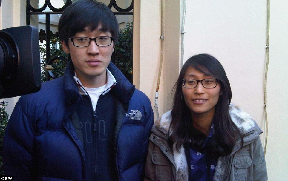 Jeong Hye Jim, à gauche, et son épouse Kideok Hanmarito parler à la presse après avoir été secouru par les services d'urgence italiens nuit dernière