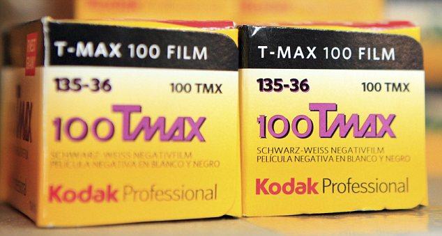 Fin de una era? Rollos de película Kodak maltratadas se sientan en una estantería de la tienda de Nueva York como de la empresa acosada reveló que había presentado para la protección de bancarrota del Capítulo 11