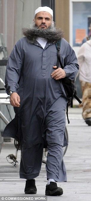 Odio predicador: Qatada foto caminando por las calles del oeste de Londres, antes de ir a la cárcel