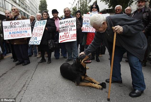 Nación en crisis: El gobierno griego hoy en día se apresuraron a encontrar ahorros adicionales para satisfacer las demandas de la UE antes de ser entregado un euro 130billion (£ 109billion) plan de rescate