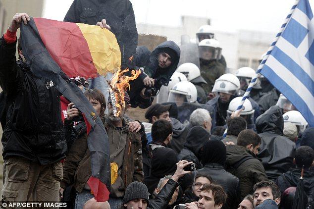 Ira: Los manifestantes han quemado banderas alemanas durante las manifestaciones en contra las medidas de austeridad del gobierno griego se ha visto obligado a sucumbir a la