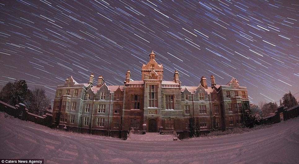 La luz fantástica: Remolinos estrellas senderos capturado a más de Asilo Denbigh en el norte de Gales por aficionados Daintith fotógrafo Phil