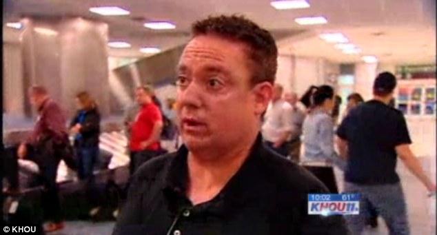 """Asistencia: Pasajero Mark Foster dijo que todos en su área de que el avión estaba listo para ayudar a la azafata y que no era """"ni un pensamiento"""""""