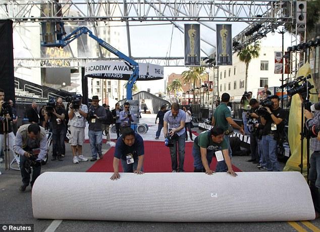 Luces, cámara, acción: Trabajadores desplegar la alfombra roja de los Oscar en Hollywood, California