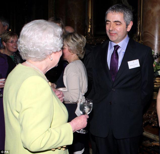 Vivo y bien: el señor Atkinson, visto encontrar a la Reina en una recepción para celebrar el 200 aniversario del año de Charles Dickens nació en el Palacio de Buckingham, a principios de este mes, se dice que está en buen estado de salud