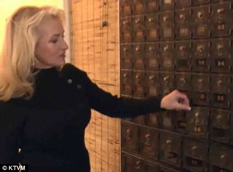 El encanto personal: Antes de la oficina de correos de EE.UU., el apartado postal en el interior del almacén de ramos generales, que se muestra por la señora Walker, eran amados por la gente de la ciudad cuando estaba abierto