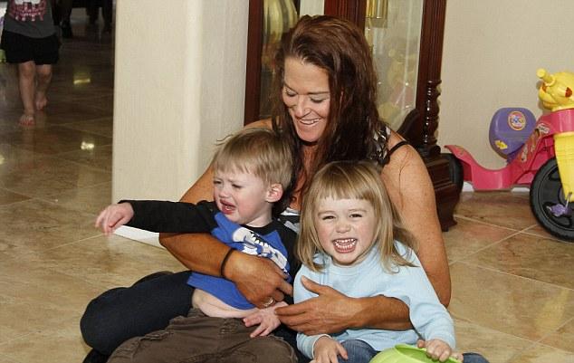 Nancy, en la foto con con Jensen y Beatie Austin, tiene dos hijas adolescentes de un matrimonio anterior, pero ha tenido una histerectomía a los 28 debido a una endometriosis severa