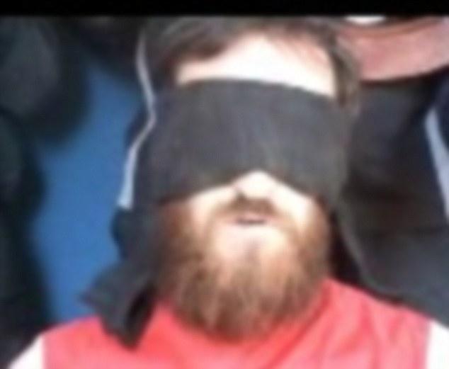 Con los ojos vendados: el señor McManus tiene una venda en los ojos negro y espeso se coloca sobre los ojos durante toda la duración del vídeo