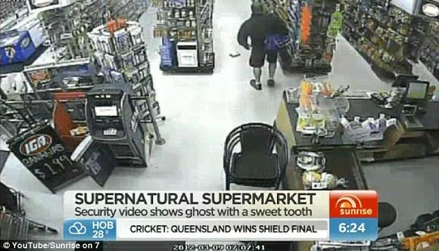 Anomalía: dueño de la tienda Norma Hurst dice que él se volvió hacia su metraje de vigilancia después de encontrar una caja de fruta por la que se Roll-Ups en un pasillo después de abrir la tienda