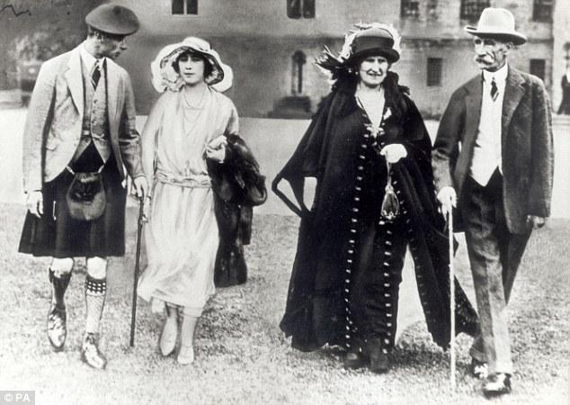 Lady Elizabeth con sus padres y el duque de York en enero de 1923 poco antes de que se comprometió