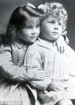 Elizabeth y su hermano en 1904