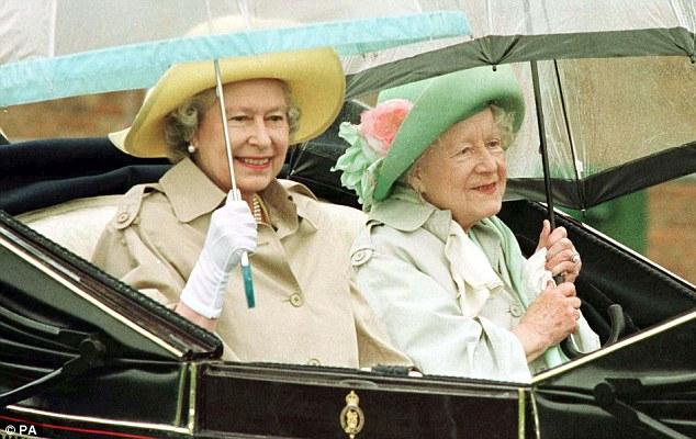 La publicación de los extractos no podría haber sido más inoportuno, como la Reina el viernes a cabo un servicio en memoria de su querida madre para conmemorar el 10 º aniversario de su muerte