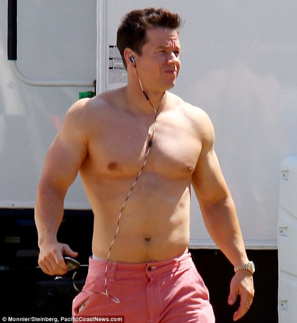Mark Wahlberg shows off his buff body on the Miami set of ...