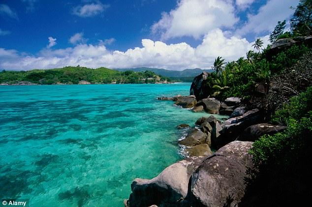 Paradise: Brendon acorda ao som do farfalhar das palmeiras eo Oceano Índico batendo contra a costa