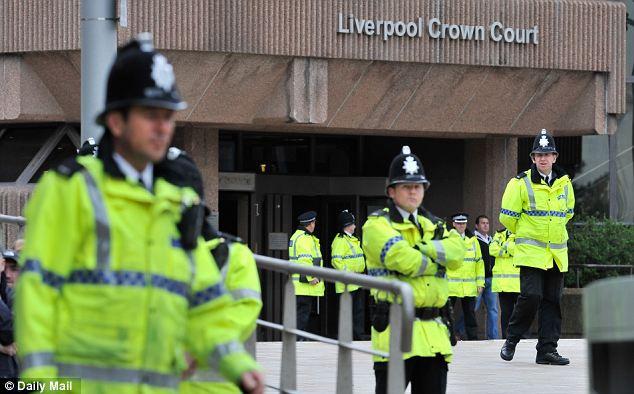 Reforzado: La policía vigilan la entrada a Liverpool Tribunal de la Corona después de los ataques a dos abogados por parte de manifestantes de extrema derecha causó que el juicio se retrasó por dos semanas