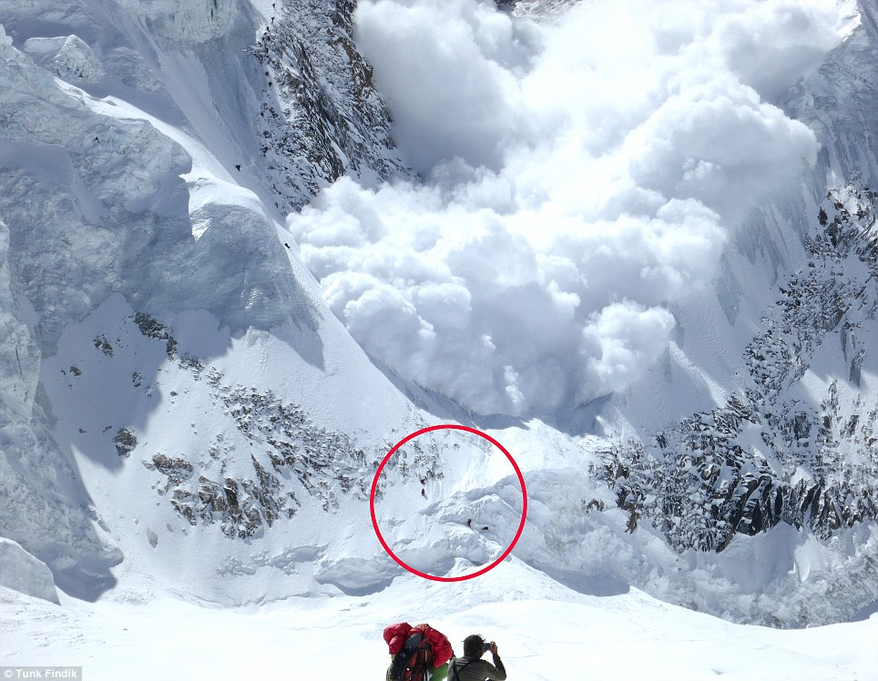 TERCERO: La avalancha mortal se acerca al grupo que logró escapar y continuó más tarde con su ascenso