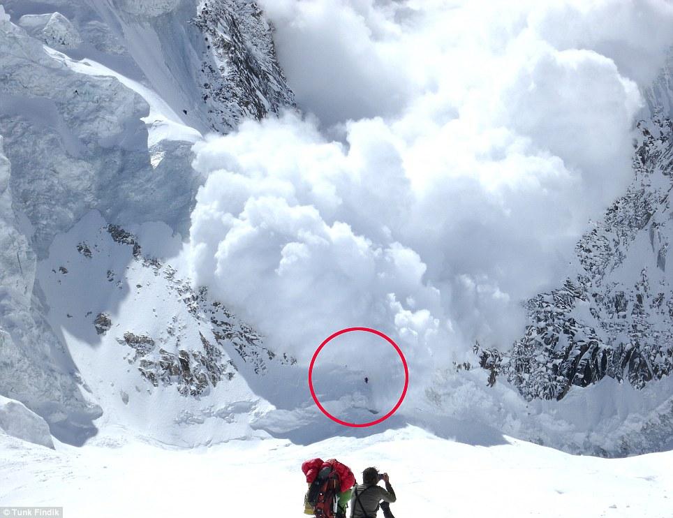 Supervivientes: El grupo - representado en el pequeño centro de punto - salió ileso, ya que la pared de hielo y nieve caía en cascada por la montaña más peligrosa del mundo