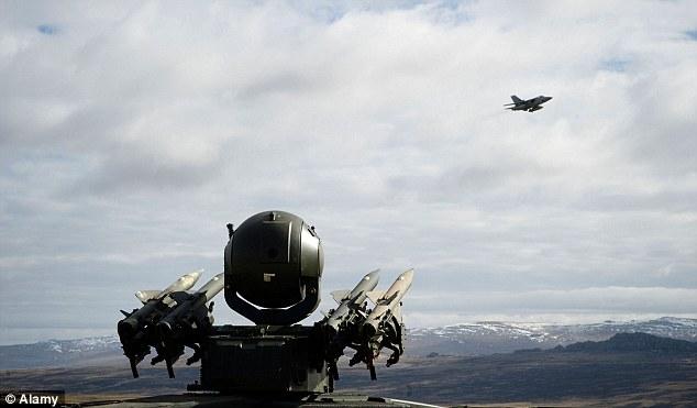 A F3 Tornado voa passado um míssil Rapier set-up: Esses tipos de defesas poderia ser usado contra uma ameaça extra-terrestre - embora se os outros teriam melhor tecnologia do que nós