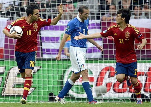 Cesc Fabregas e David Silva esultano dopo il gol del pareggio contro l'Italia (sullo sfondo Giorgio Chiellini).