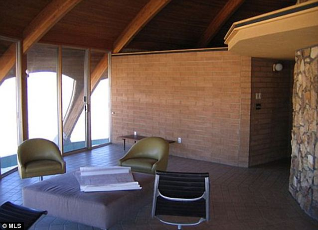 Desert Sun: paredes de ladrillo y suelos de baldosas ayudan a mantener el ambiente fresco