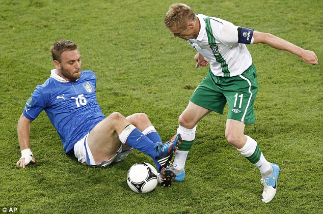 Diving in: De Rossi challenges Damien Duff