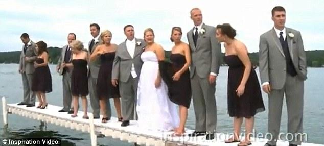 Baru saja selesai makan malam, pengantin dan rekannya menuju ke sesi foto