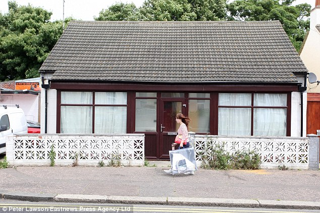 the tiny bungalow that up to 200 muslims at a time are using as an llegal mosque in southend, essex.uk