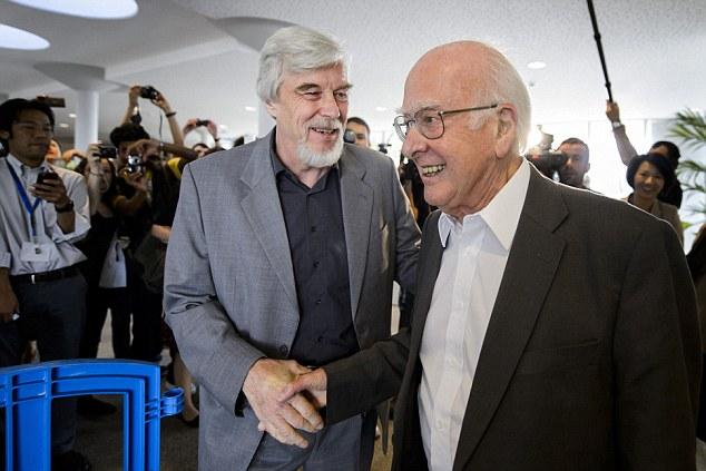 El físico británico Peter Higgs (a la derecha) es recibido por la Organización Europea de Investigación Nuclear (CERN), el director general Rolf-Dieter Heuer (a la izquierda)