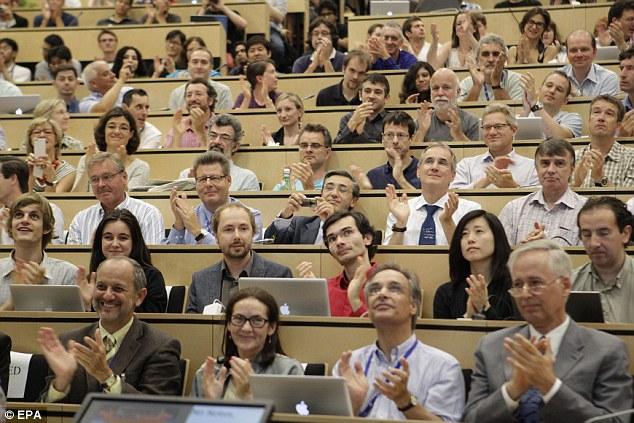 Los participantes aplauden después de la presentación de los resultados durante un seminario científico para ofrecer la última actualización en la búsqueda del bosón de Higgs