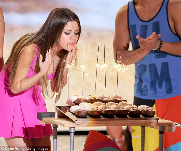 Earlier at the Teen Choice Awards, Selena was delighted to receive a birthday treat
