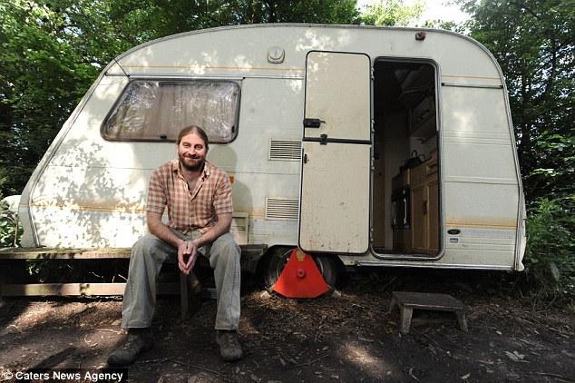 Raro: Phil Inkly, en la foto, se ha visto obligado a vivir solo en una caravana en la remota bosques - porque es alérgica a la tecnología inalámbrica