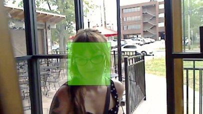 Insanlara hizmet için imzaladı insanların Facebook resimleri karşılaştırarak yürüdüğünde Facedeal kamera insan yüzlerini tespit edebilir