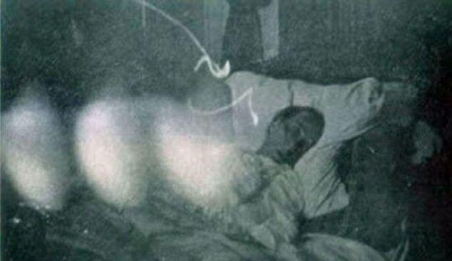 Cette photographie a été prise heures avant le dernier soupir de cet homme mourant.  Trois orbes mystérieux est apparu dans les images, que certains croient être les esprits et d'autres ne jurent sont les traces de doigts